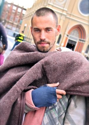 Mendigo faz sucesso em redes sociais após ser fotografado em Curitiba por internauta