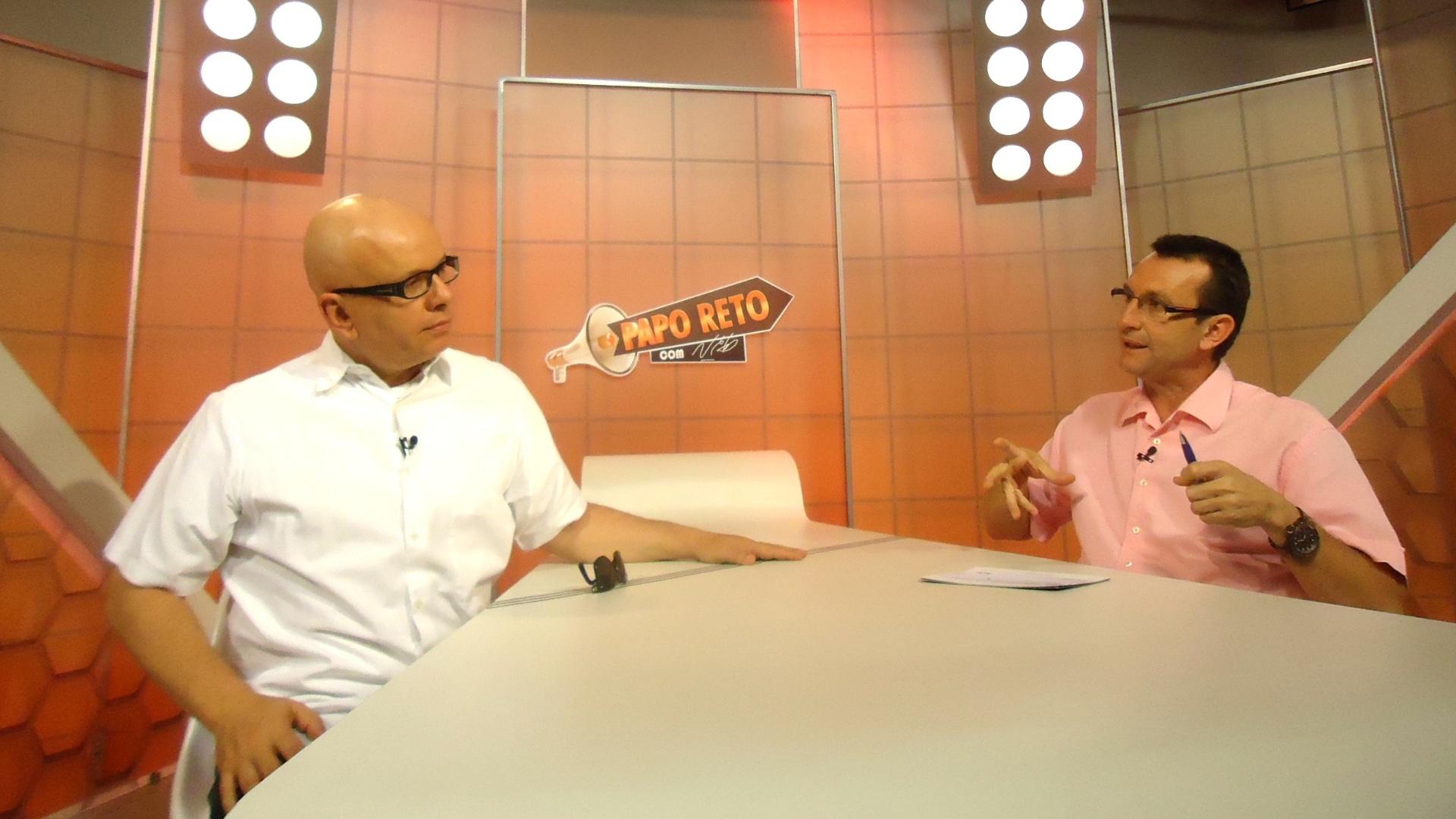 O apresentador Marcelo Tas é entrevistado por Neto no programa