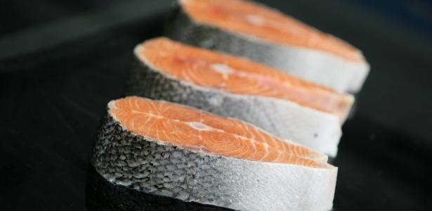 O salmão em cultivo se alimenta de ração baseada em farinha de peixe
