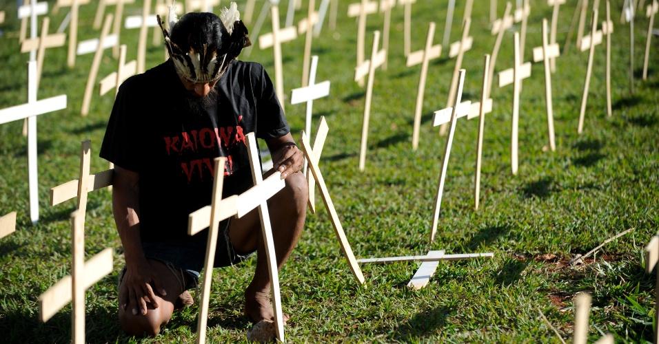 19.out.2012 - Cerca de 5.000 cruzes foram plantadas no gramado da Esplanada dos Ministérios, em protesto organizado pelo Cimi (Conselho Indigenista Missioneiro) contra a violência que sofrem índios por parte de proprietários de terras. Segundo dados da entidade, 503 índios foram assassinados entre 2003 e 2011 em conflitos de terra