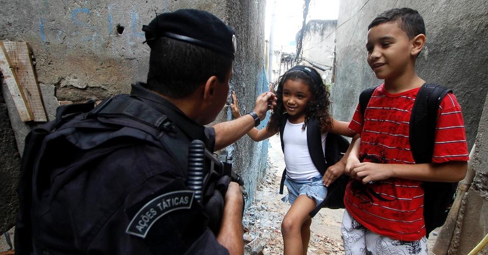 19.out.2012 - Policiais do Bope realizam patrulha na comunidade do Jacarezinho, na zona norte do Rio de Janeiro