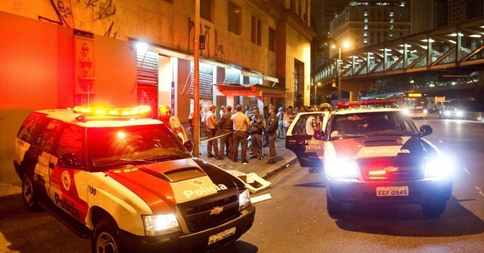 19.out.2012 - Policial militar foi assassinado a tiros na área central da capital paulista. De acordo com a PM, ele estava de folga em um bar quando um homem armado entrou no local e efetuou vários disparos contra ele. O PM chegou a ser socorrido, mas não resistiu aos ferimentos