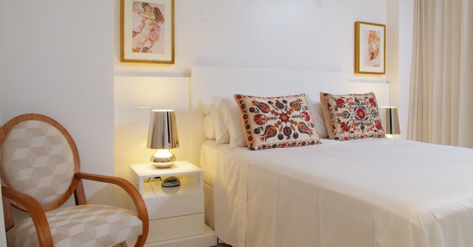 A suíte segue o padrão de cores claras do projeto de decoração. A cabeceira laqueada em branco fica encaixada entre pilares e viga - elementos estruturais que formavam uma