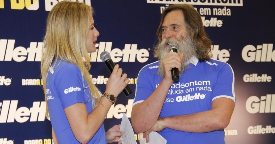 Fiorella Mattheis conversa com o ator José de Abreu, o Nilo de
