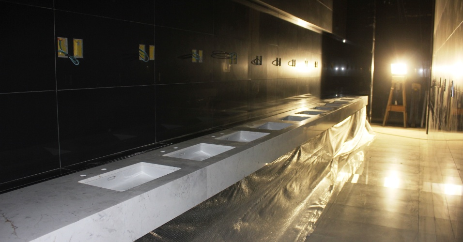19.10.2012 - Banheiro revestido com pedras e cerâmica no Itaquerão, em foto da segunda quinzena de outubro de 2012