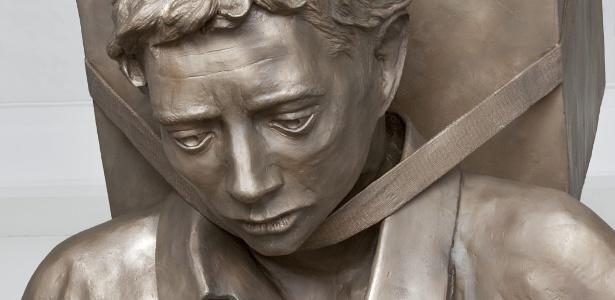 """Detalhe da escultura """"The Tower of Snow"""", de Enrique Martínez Celaya, instalada em frente à Torre da Liberdade, em Miami, para lembrar os 50 anos da Operação Peter Pan, em que 14.048 saíram de Cuba - EFE"""