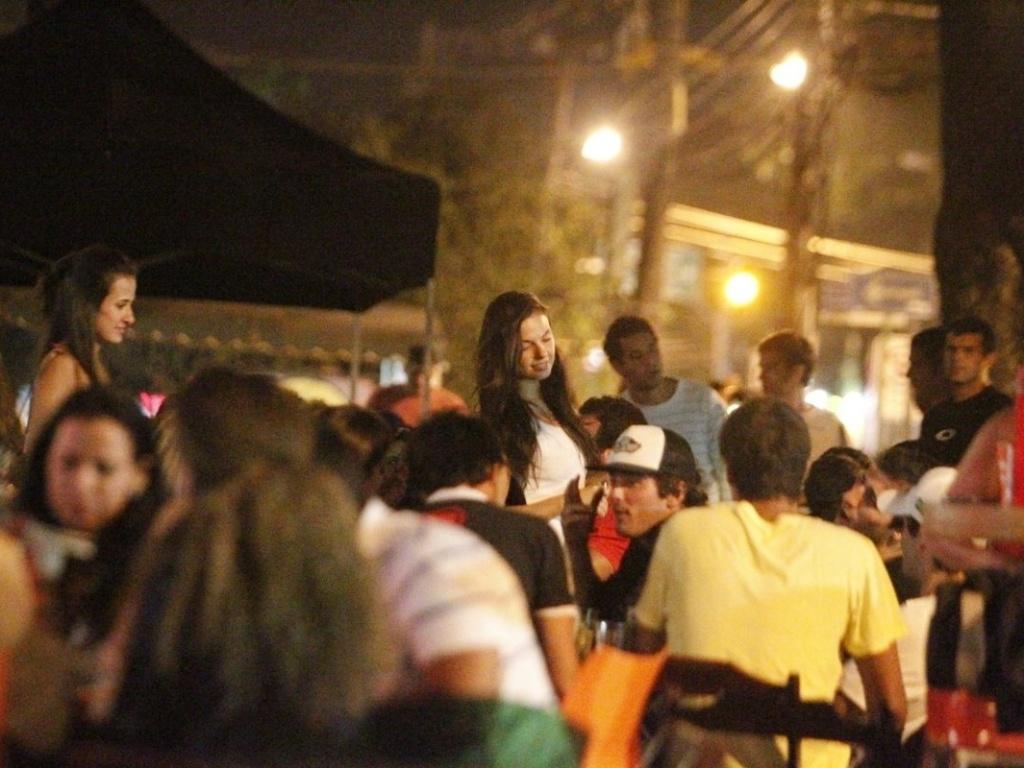 Isis Valverde vai com amigos no restaurante Koni na Barra da Tijuca (18/10/12)