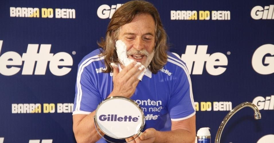 José de Abreu raspa a barba do personagem Nilo, de