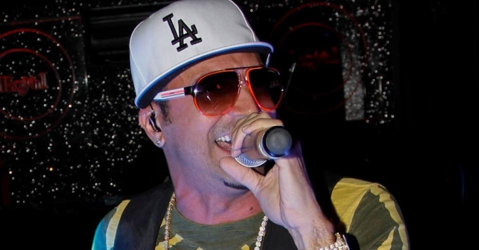 """Latino se apresenta na boate Royal Club, em São Paulo. O cantor comanda a festa no evento mensal """"Baile do Latino"""" cantando """"Despedida de Solteiro"""", hit inspirado no fenômeno """"Gangnam Style"""", do rapper coreano PSY (18/10/12)"""