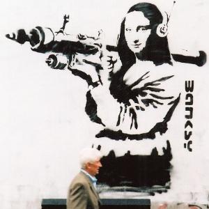 """Monalisa segura uma míssel em obra de Bansky presente no livro """"Guerra e Spray""""  - Divulgação"""