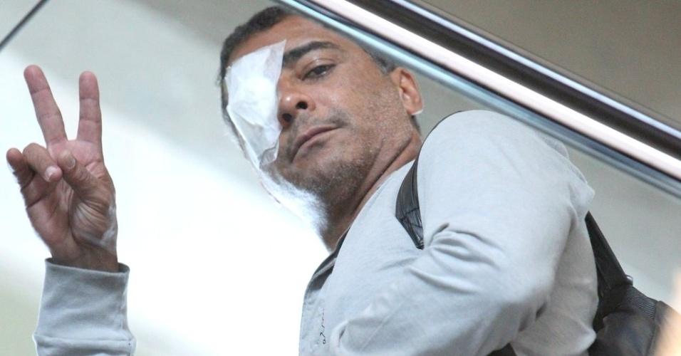 O ex-jogador de futebol e deputado federal Romário desembarca no aeroporto Santos Dumont, no Rio de Janeiro, com um curativo no olho (19/10/12) O ex-atacante passou por uma cirurgia para correção de vasinhos nos olhos e deve permanecer com o tampão até o próximo domingo