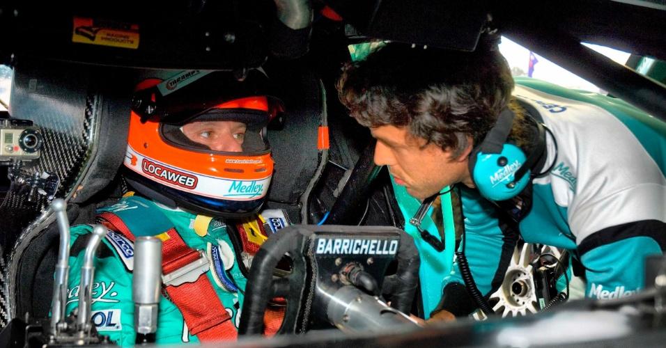Rubens Barrichello conversa com o companheiro Xandinho Negrão durante treinos livres da Stock Car em Curitiba (19/10/2012)