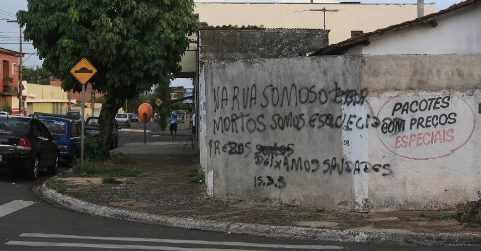 """20.out.2012 - Com medo de novos ataque e em """"luto"""" pelas cinco mortes ocorridas nesta sexta-feira (19), comerciantes da zona norte de Ribeirão Preto (313 km de São Paulo) não abriram as portas neste sábado"""