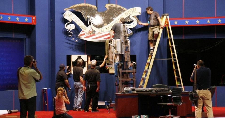 20.out.2012 - Trabalhadores instalam uma águia ornamental para o o próximo debate presidencial que acontece na próxima segunda-feira (22), na Flórida