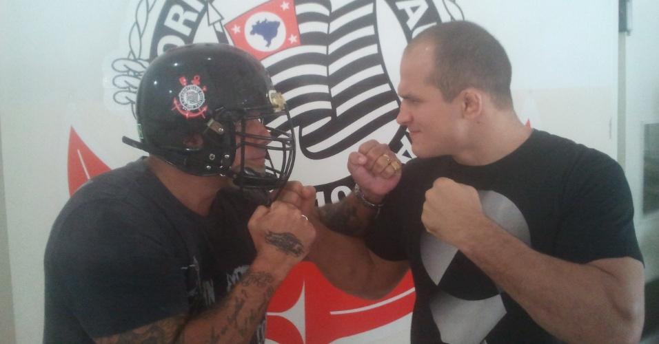 Alexandre Frota, do Corinthians Steamrollers, veste capacete de futebol americano e encara o campeão do UFC Júnior Cigano, seu companheiro de clube
