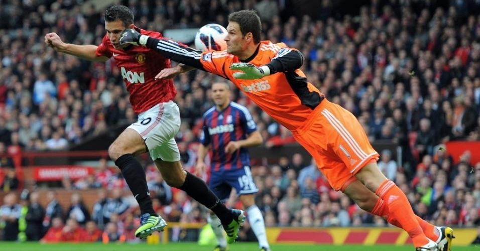 Asmir Begociv, goleiro do Stoke City, sai mal do gol e acerta o atacante Van Persie, do Manchester United, em partida do Campeonato Inglês