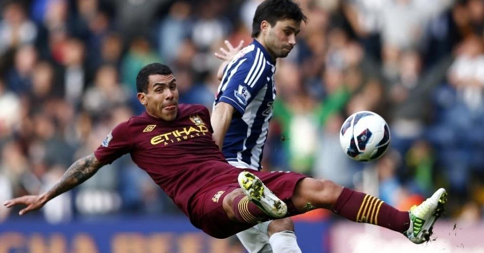 Carlos Tevez, meia atacante do Manchester City, disputa a posse da bola na partida contra o West Bromwich, pelo Campeonato Inglês