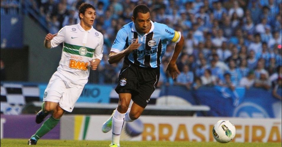 Gilberto Silva, do Grêmio, disputa lance com jogador do Coritiba durante partida no Estadio Olimpico