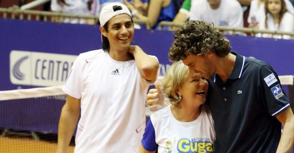 Guga abraça a mãe antes da partida de exibição com Nicolas Lapentti, na Semana Guga Kuerten, em SC
