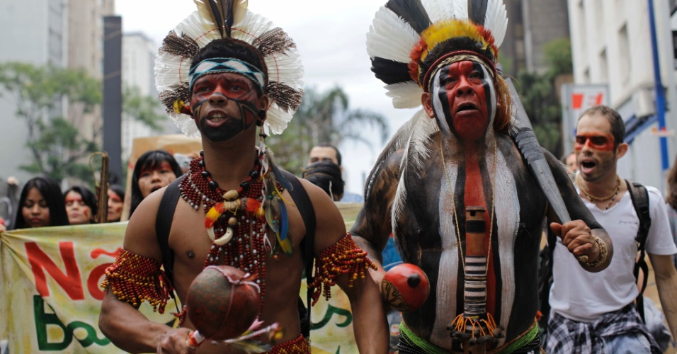 Índios guarani kaiowas protestam na avenida Paulista, no centro de São Paulo, contra a construção da usina de Belo Monte e contra a ordem de despejo de comunidades da etnia Kaiowa que vivem às margens do rio Hovy, na cidade de Naviraí (MS)