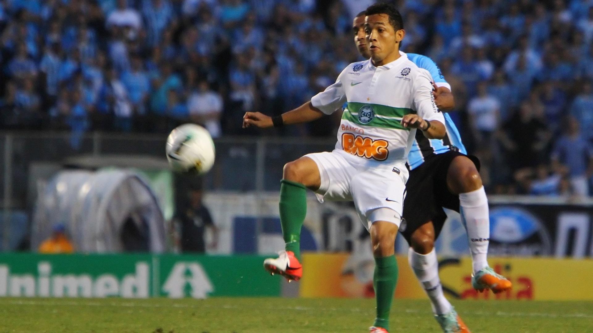 Jogadores de Grêmio e Coritiba disputam pela bola durante partido no Olímpico pela 32ª rodada do Brasileiro