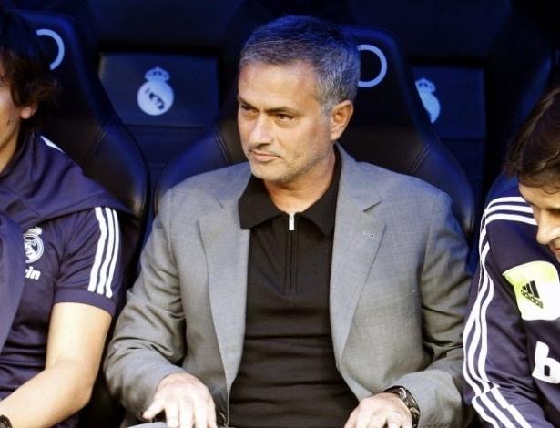 José Mourinho acompanha do banco a partida do Real Madrid contra o Celta de Vigo, pelo Campeonato Espanhol