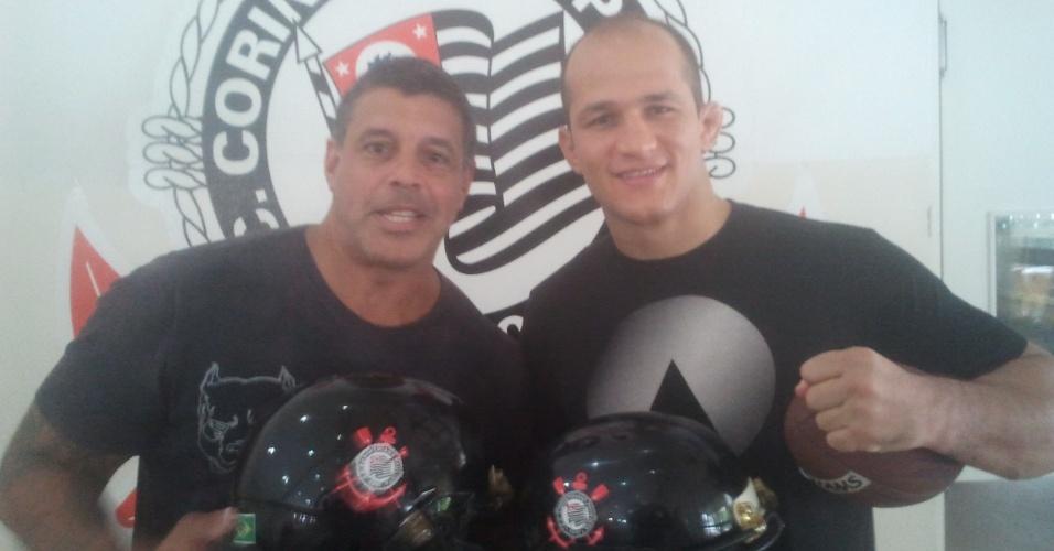 Júnior Cigano recebe bola de futebol americano e bola do ator Alexandre Frota, que também atua pelo Corinthians