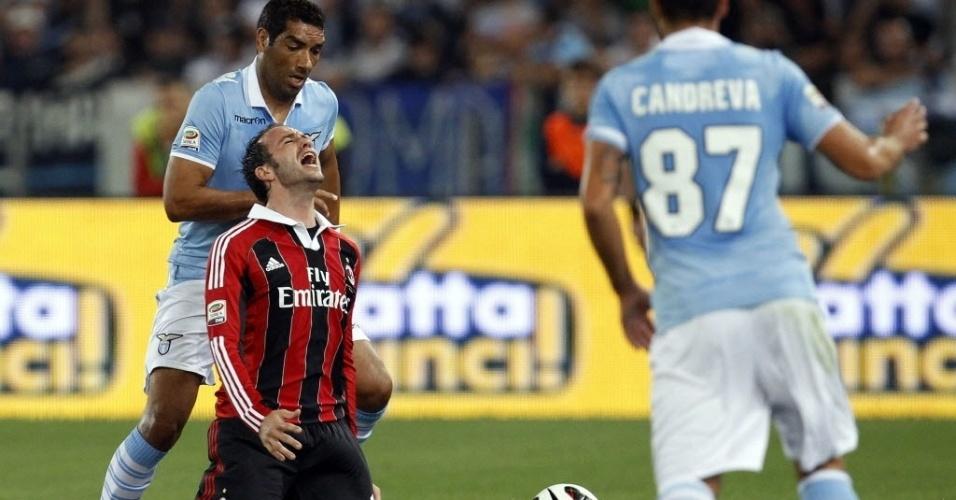 Pazzini, do Milan, reclama por sofrer uma falta do brasileiro André Dias, da Lazio, em partida do Campeonato Italiano