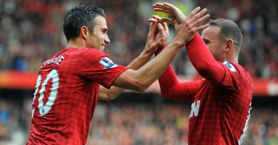 Robin Van Persie (esq.) e Wayne Rooney comemoram gol do Manchester United contra o Stoke City, pelo Campeonato Inglês