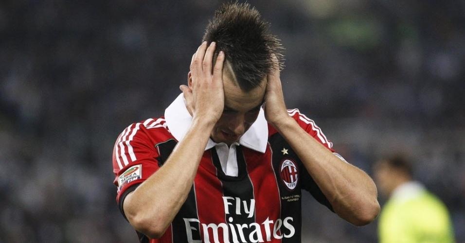 Stephan El Shaarawy, do Milan, se lamenta após perder uma jogada na partida contra a Lazio, pelo Campeonato Italiano