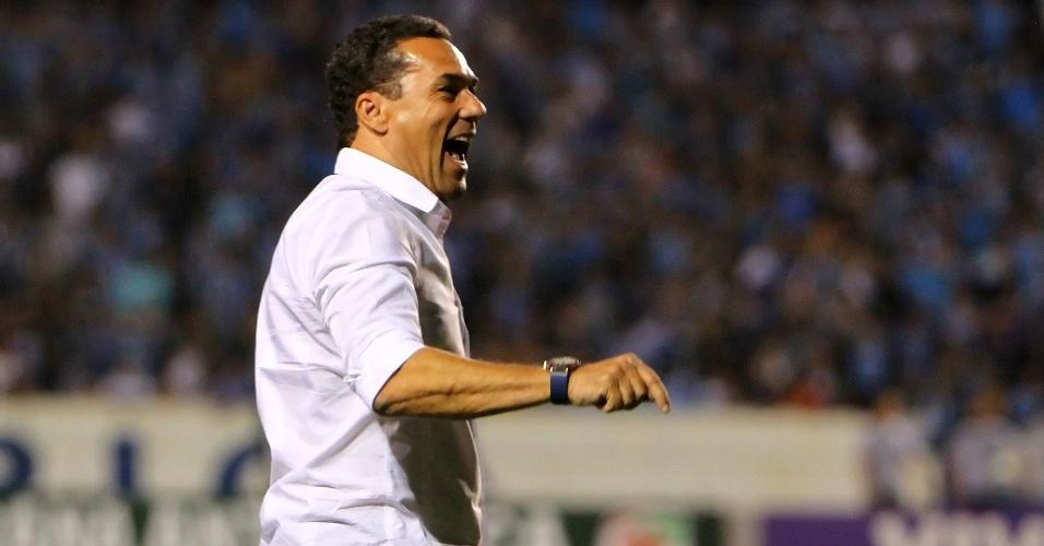 Técnico Vanderlei Luxemburgo chama a atenção de jogadores do do Grêmio durante partida contra o Coritiba no Olímpico