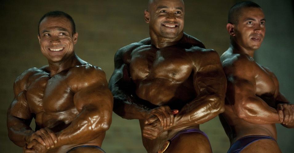 21.out.2012 - Homens participam de concurso de fisiculturismo em Medelín, na Colômbia