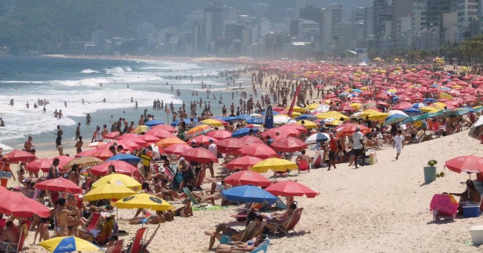 21.out.2012 - Movimentação de cariocas na praia de Ipanema, zona sul do Rio de Janeiro, no primeiro dia do horário de verão 2012/2013