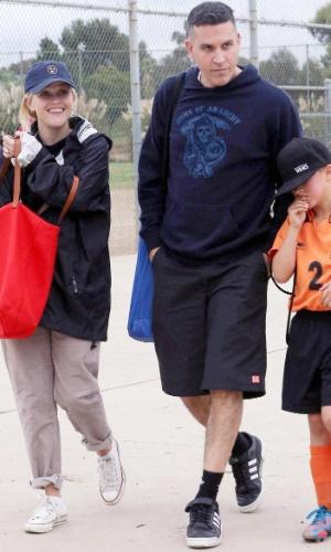 Acompanhada do marido, o ator Tim Toth, Reese Witherspoon leva o filho, Deacon Phillipe, para jogar futebol com os amigos. O menino é filho do seu relacionamento com o ator Ryan Phillipe (21/10/12)