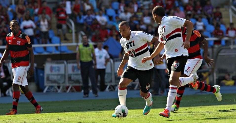 Acompanhado por Lucas, Luis Fabiano avança para o ataque na partida contra o Flamengo no Engenhão
