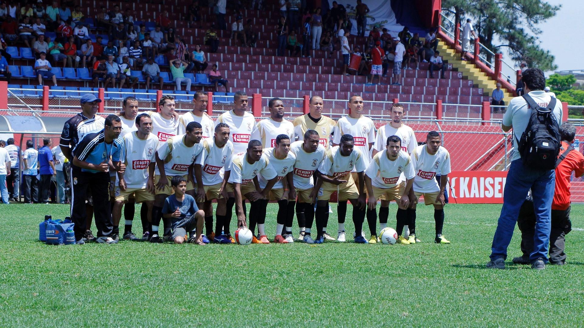 Equipe do Real Madri posa para foto antes da partida contra o Internacional no Campo do Nacional pela série B