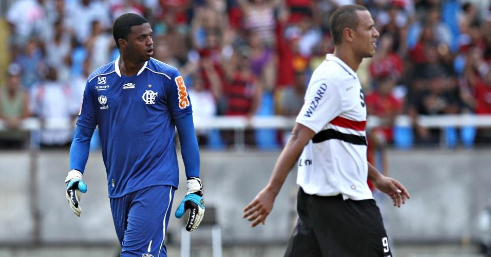Felipe comemora e Luis Fabiano lamenta após atacante perder pênalti na partida entre Flamengo e São Paulo no Engenhão