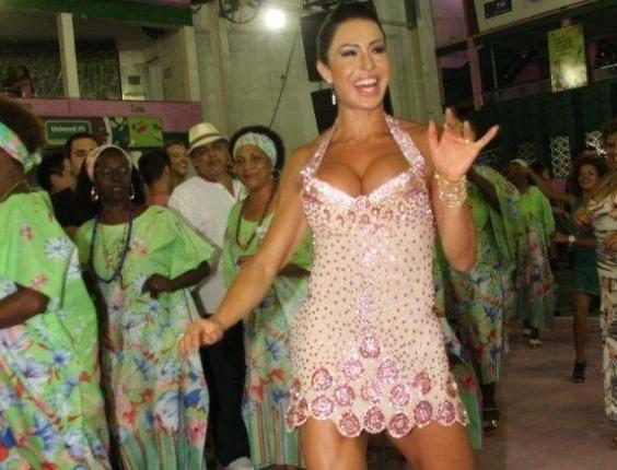 Gracyanne Barbosa, rainha de bateria da Mangueira, participou do ensaio da escola de samba carioca na noite deste sábado (20/10/2012)