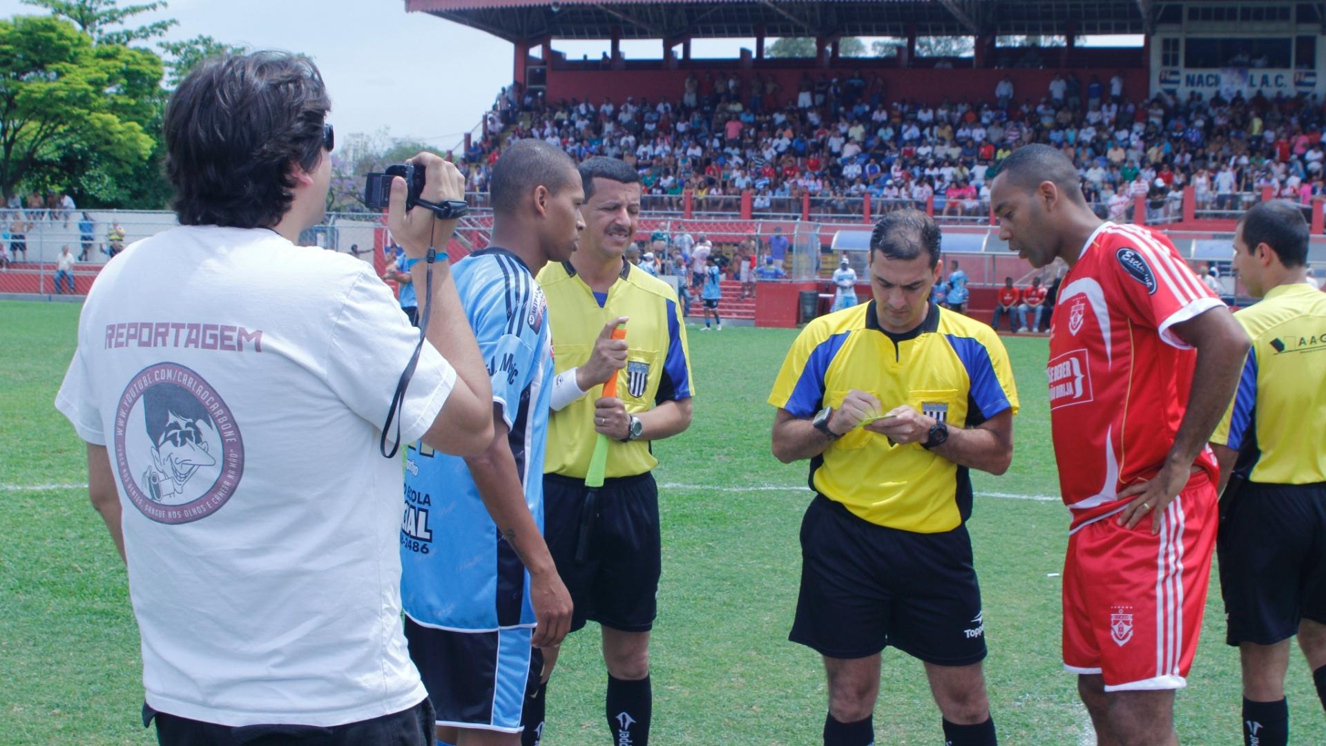 Jogador do Noroeste (d.) reclama com árbitro sobre cartão amarelo durante semifinal da Copa Kaiser 2012 contra o Turma do Baffo