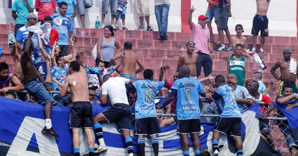 Jogadores do Turma do Baffo comemoram com a torcida após chegar à final da Copa Kaiser pelo segundo ano seguido