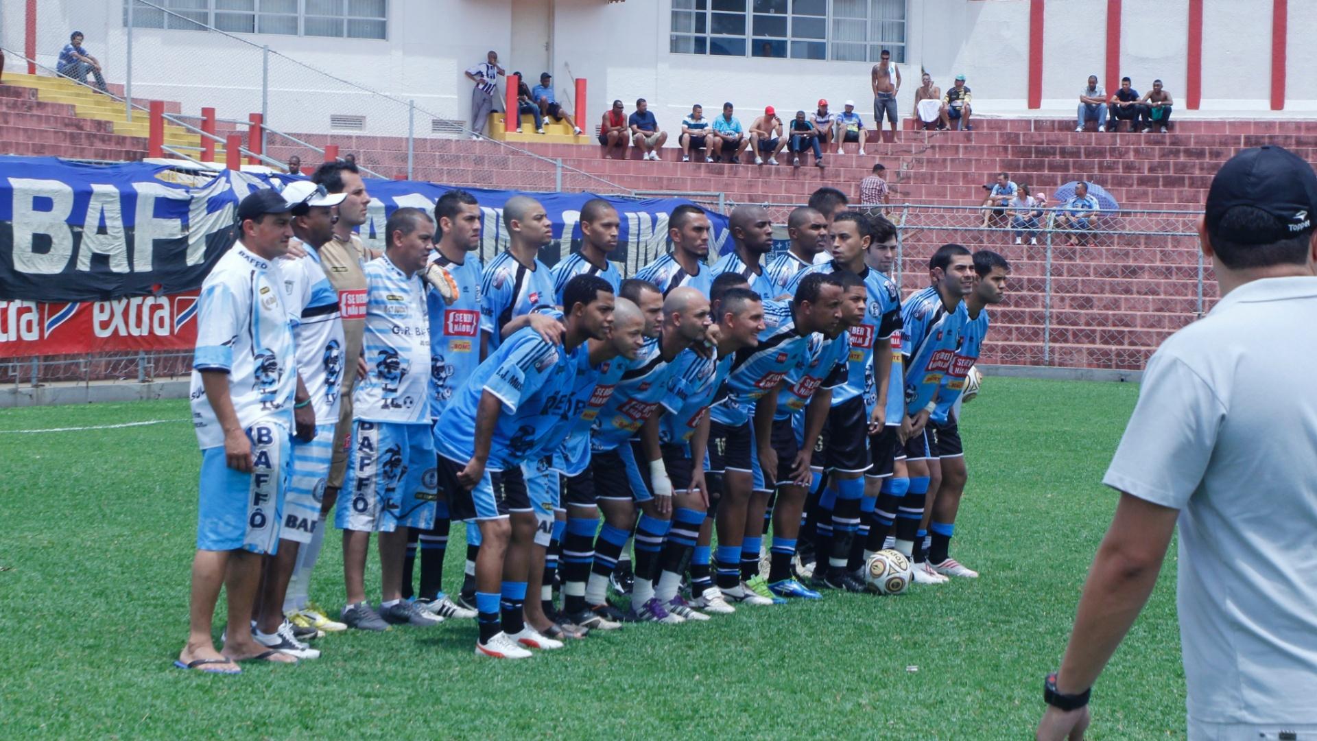 Jogadores do Turma do Baffo posam para foto antes da semifina da Copa Kaiser 2012 contra o Noroeste