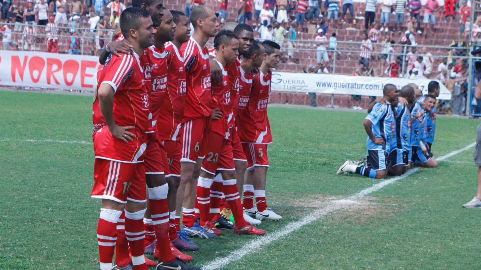 Jogadores no Noreste (de vermelho) e do Turma do Baffo (de azul) fazem fila dentro de campo antes da semifinal da Copa Kaiser