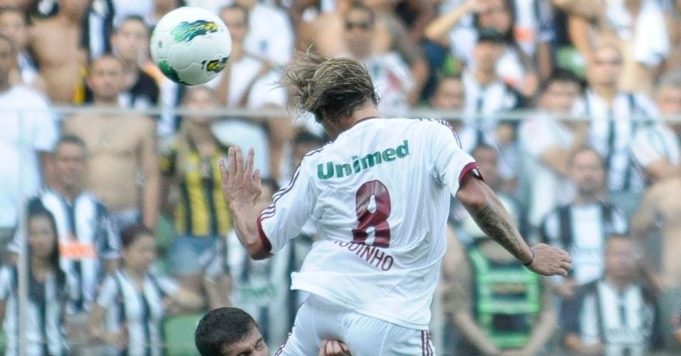 Leandro Donizete e Diguinho disputam bola aérea na partida entre Fluminense e Atlético-MG no Independência