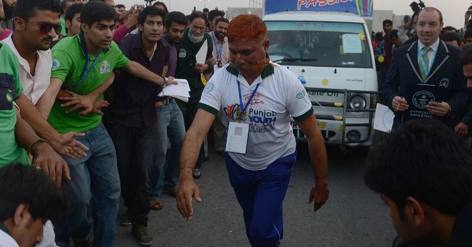 21.out.2012 - O paquistanês Saddi Muhammad bateu recorde mundial ao puxar um caminhã de 1.700 kg com o bigode