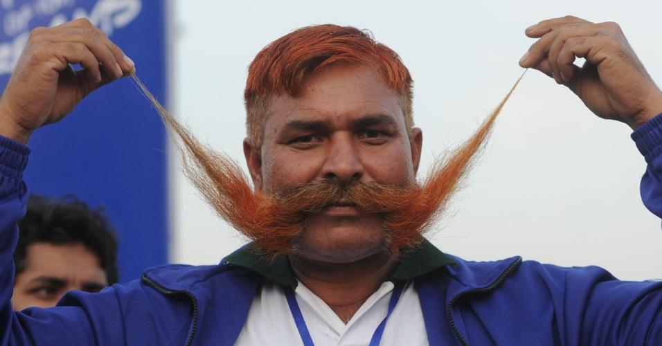 O paquistanês Saddi Muhammad bateu recorde mundial ao puxar um caminhã de 1.700 kg com o bigode