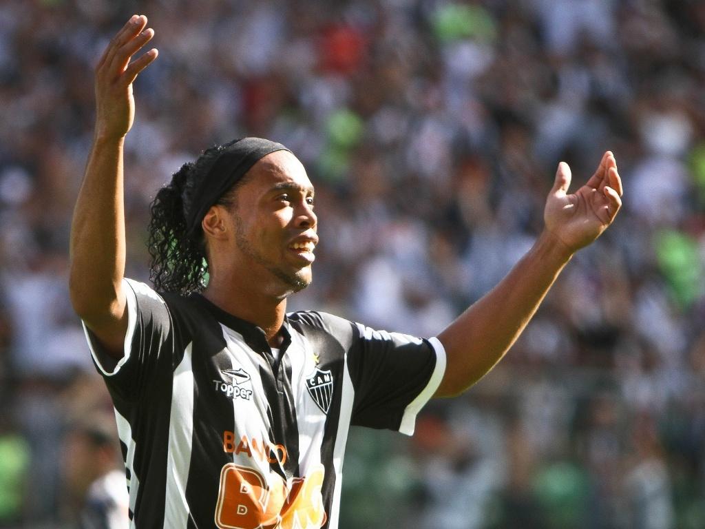 Ronaldinho Gaúcho lamenta seu gol anulado durante o jogo do Atlético com o Fluminense (21/10/2012)