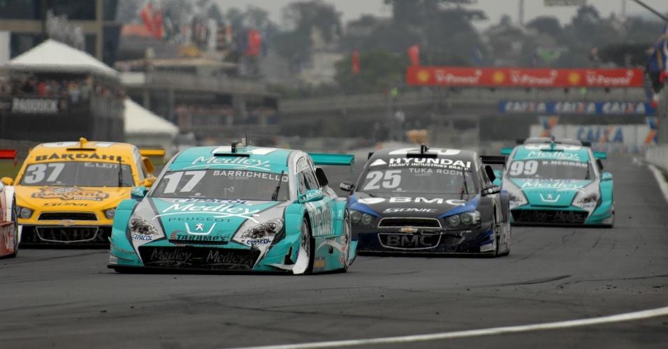 Rubens Barrichello pilota o carro número 17 durante sua corrida de estreia na Stock Car, em Curitiba