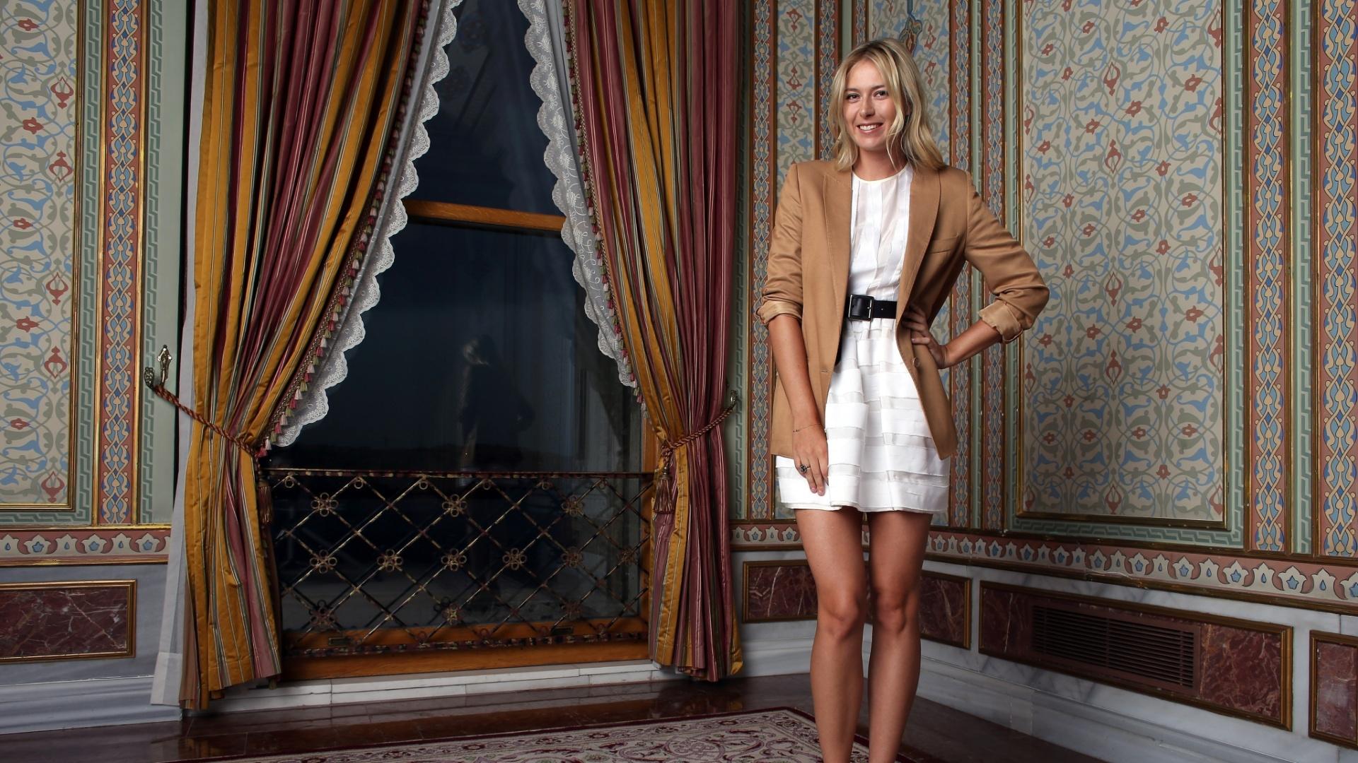 Russa Maria Sharapova mostra seu estilo com trajes de gala em Istambul