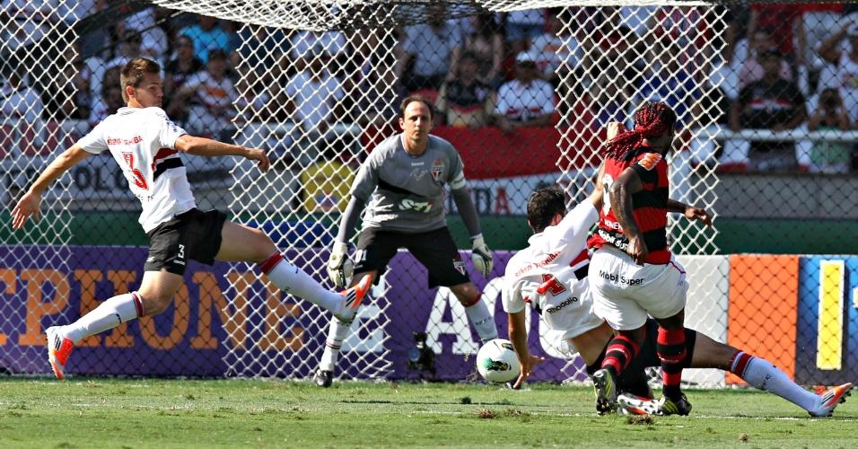 Vagner Love chuta contra o gol de Rogério Ceni na partida entre Flamengo e São Paulo no Engenhão