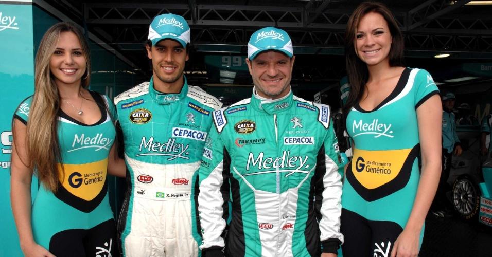 Xandinho Negrão e Rubens Barrichello posam ao lado das garotas do grid na etapa de Curitiba da Stock Car